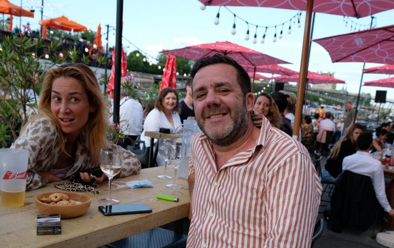 Filipe, maitre des lieux et une amie