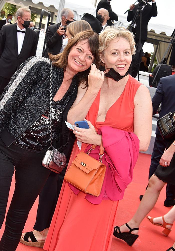 Mes copines Vero Guyot et Elisabeth Grava veulent leur 15 mn de célébrité sur la carpette !