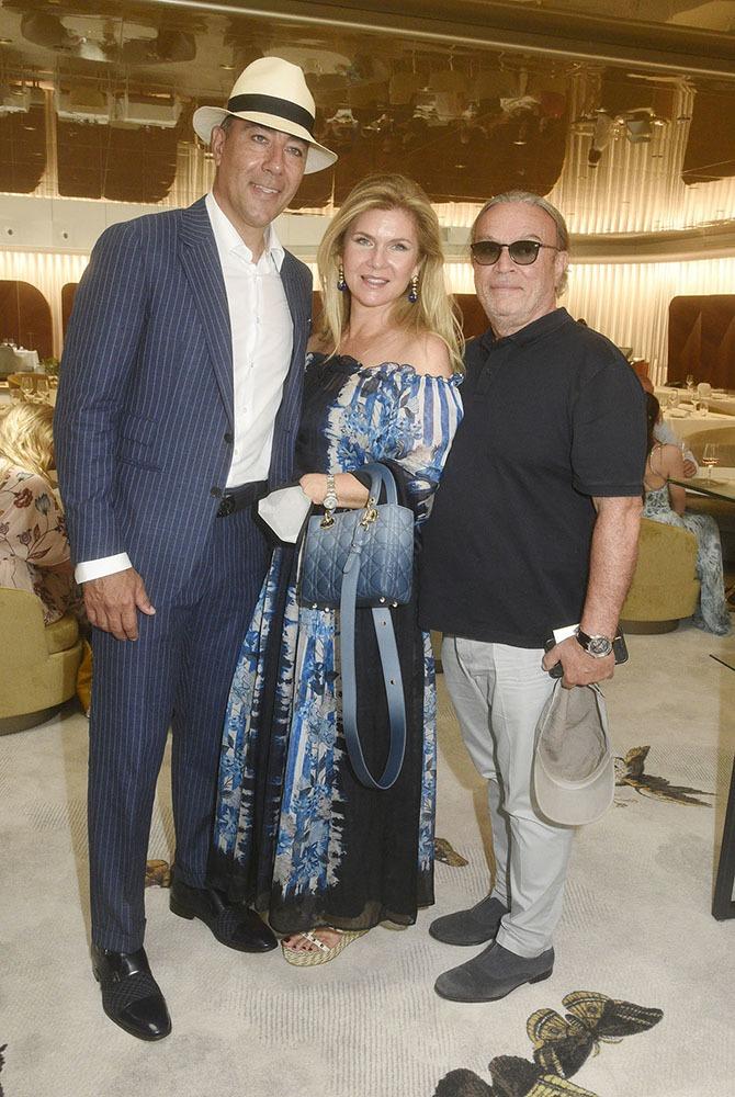 Lorenzo Quinn, la sculptrice Giovanna Cicutto posent avec le proprio de l'Hotel JW Mariott Eliott Aintabi