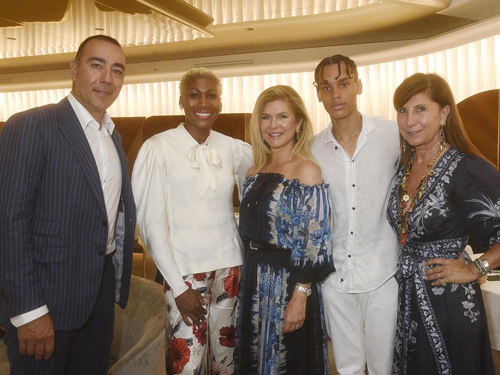 Lorenzo Quinn pose avec Nicole Coste, Giovanna Cicutto, Alexandre Grimaldi Coste fils d'Albert de Monaco et une invitée