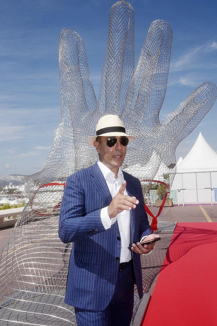 Oui Pas un doigt ne manque à sa sculpture Deux Mains jointes « Together »