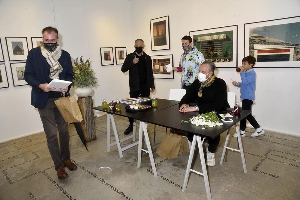Louis Garaud Castor dédicace sur fond d'expo de Romain Laprade