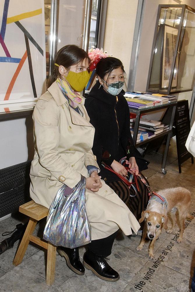 Melanie Scarciglia et Minako Norimatsu et son toutou Sweetie en mode salle dattente