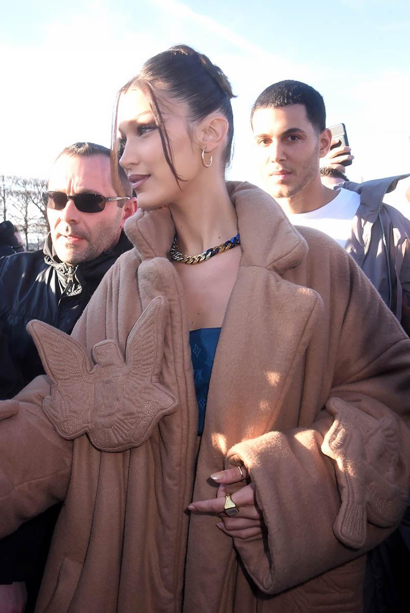 Bella Hadid est venue enroulée dans  sa couette une peluche pour ange gardien