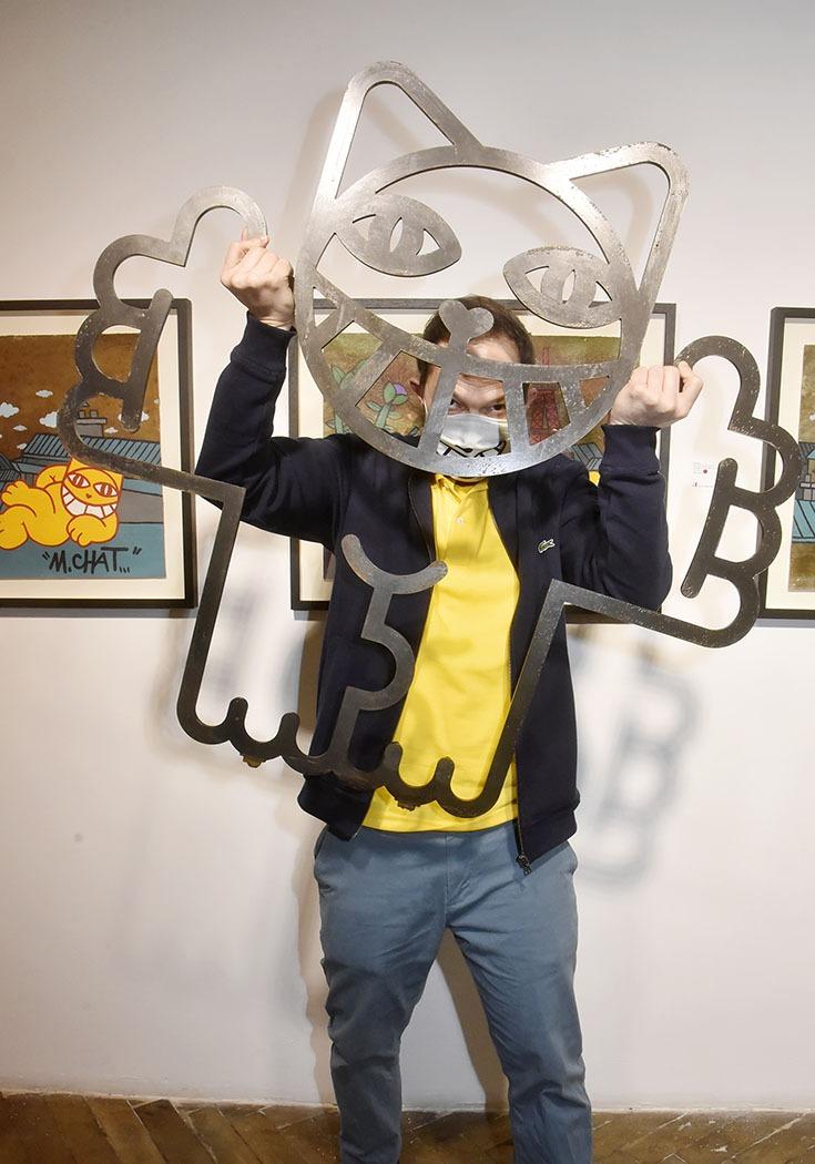 M.Chat signe même les grilles darbres qu'il déscelle lorsque masks et coffinment lui montent au nez