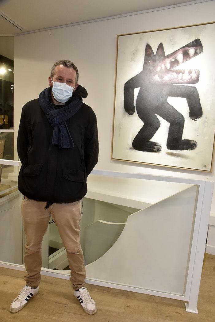 Bom.K aka Bombing Killa pose avec son «Loup des Steppes» durant pendant Ma Thématiques Expo Bom.K à la Galerie Joël Knafo