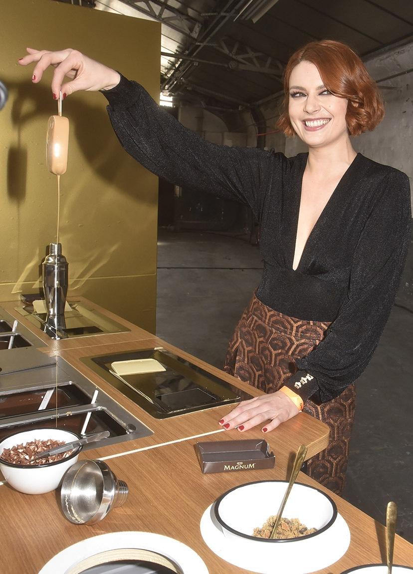 Le Magnum d'Elodie Frégé dégouline de Caramel glacé vite son Queendom pour un sèche- cheveux !!