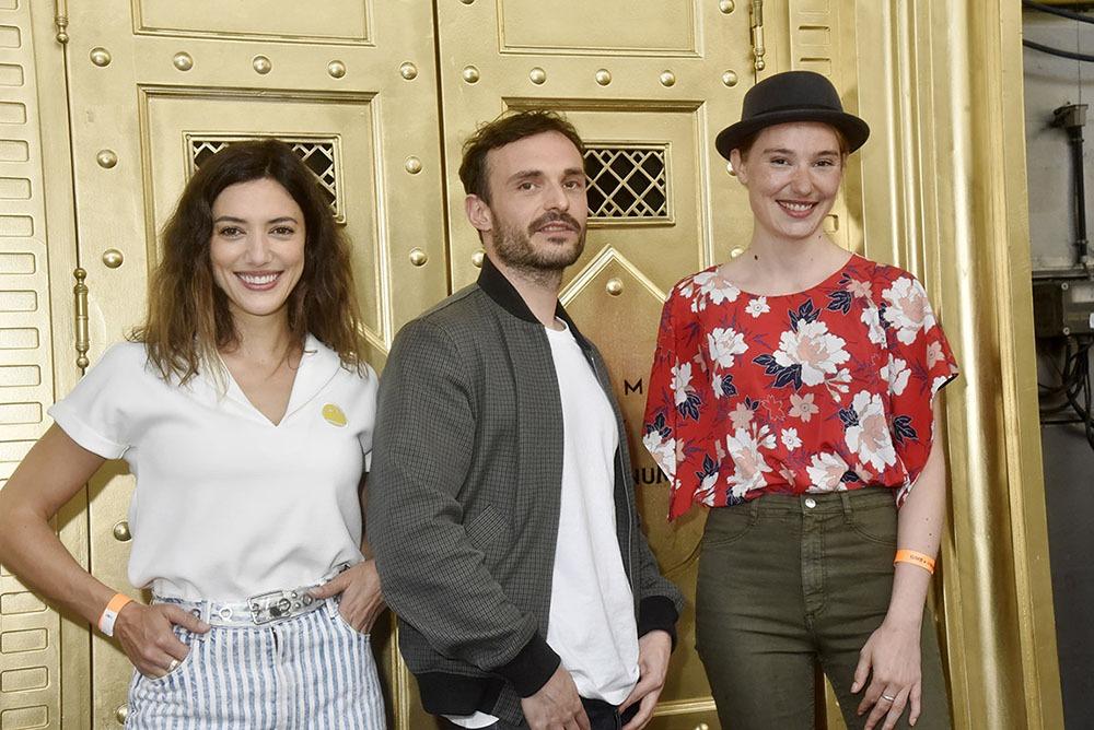 L'heureux Jérôme Niel sandwiche au frais entre les deux belles Vanessa Guide et Deborah Francois