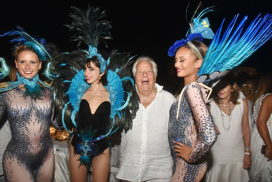 Les danseuses de Massimo le chatouillent avec leurs trucs en plumes