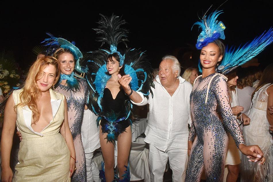 Ce soir Massimo s'entoure de danseuses, qu'à cela ne tienne ! Myriam Charleins va lui faire une belly dancing