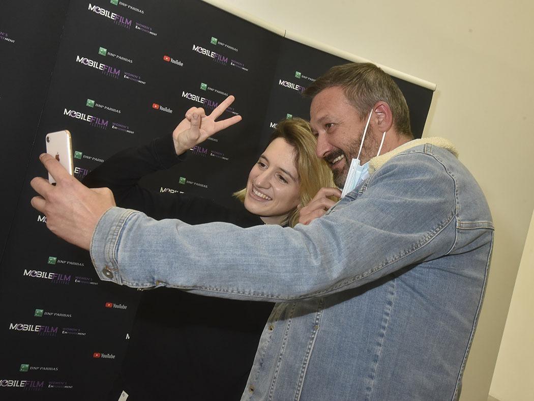 Ah un crazy selfy avec la chanteuse rap pop rockeuse  Aloise Sauvage