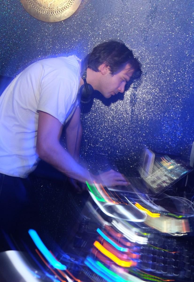 De profil c'est Alex Toesca national qui joue un remix de Fela  langoureux