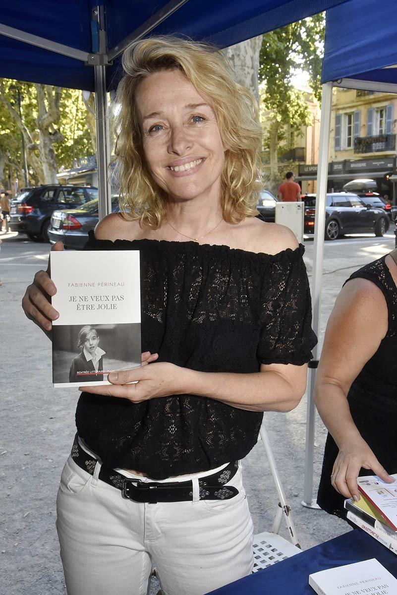Pas aussi jolie que la fille sur le bandeau mais Fabienne Périneau n'est pas mal du tout euh en écrivain bien sûr