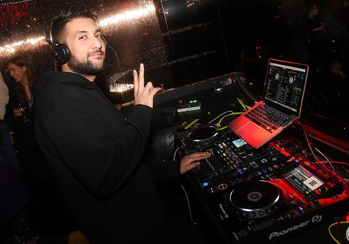 DJ Kayli joue du piano et mixe avec deux doigts