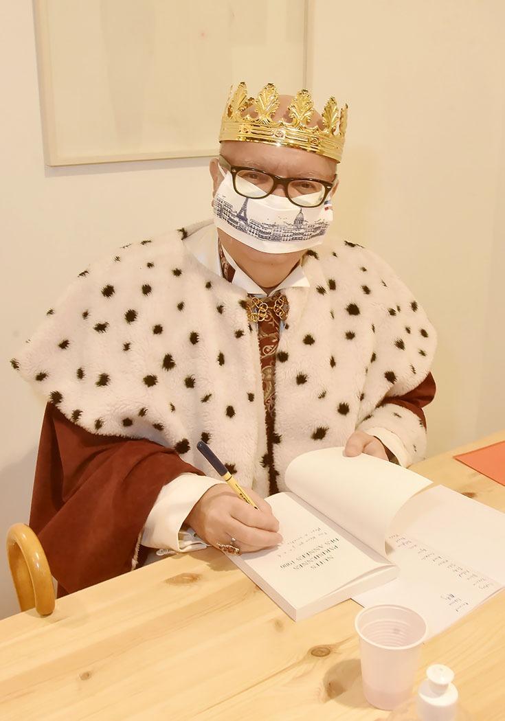 Le King N'a pas besoin de page pour signer à sa place les pages de sa royale bio à la chaine…