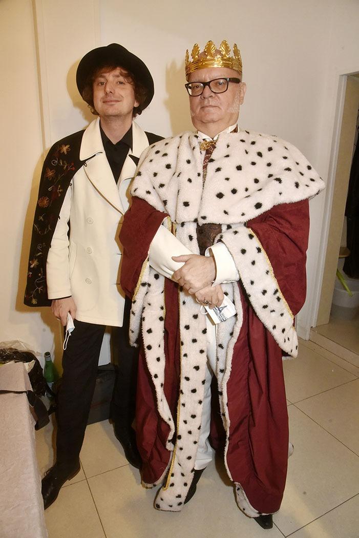 Le Taulier de la Galerie Hors Champs le photographe Hannibal Volkkoff et le King Arnaud Louis Chevalier posent pour le portrait officiel