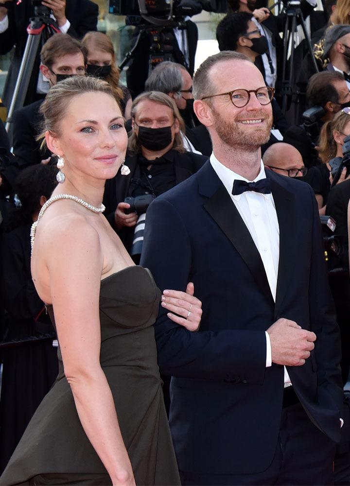 """Palme Best actrice pour la jolie Renate Reinsve dans """"Verdens Verste Menneske """" au bras du réal Joachim Trier"""