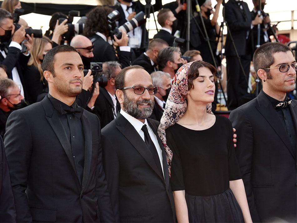 Asghar Farhadi recoit Le Grand prix pour Ghahreman accompagné par sa fille Sarina et des acteurs
