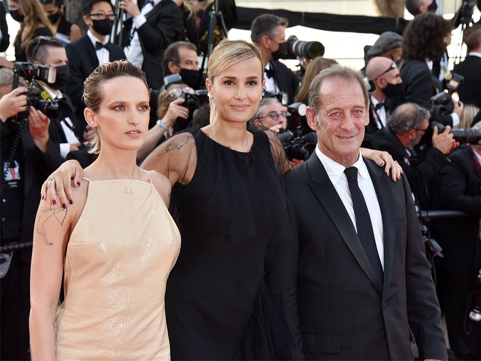 """Palme d'Or pour """"Titane"""" julia Ducournau entre Agathe Rousselle et le grand Lindon"""