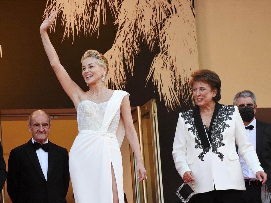Sharon Stone et Roselyne Bachelot en blanc sanitaire s'affichent au gotha avec les gestes barrières