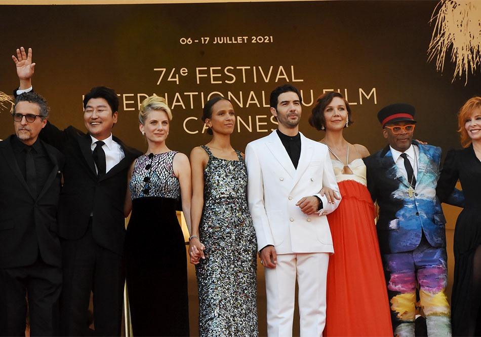 Tahar Rahim en blanc pachate le jury entre Song Kang-Ho, Maggie Gyllenhaal, Jessica Hausner, Mati Diop, Jury President Spike Lee et Mélanie Laurent
