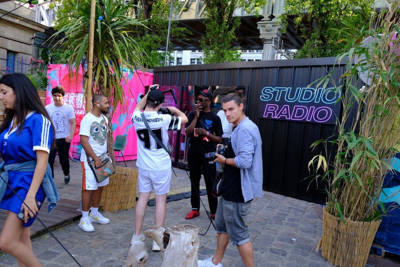 Le label OKLM est dans la place pour enregistrer des sons dans le studio de radio