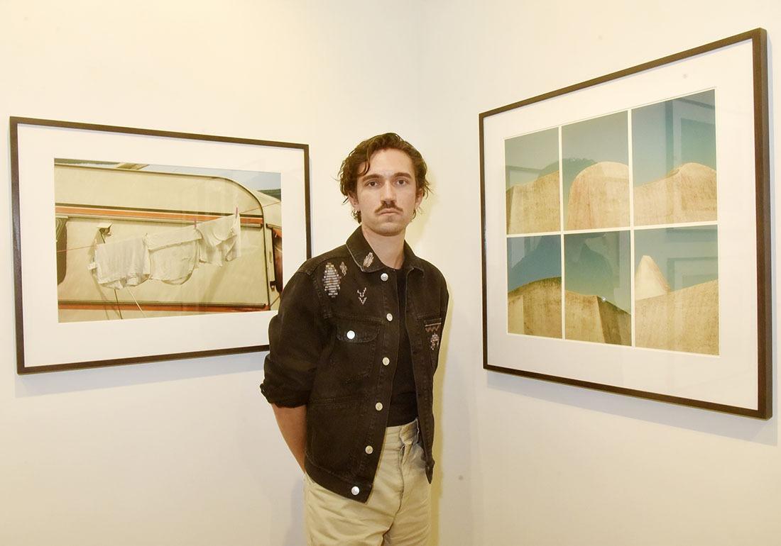Romain Laprade avec d'autres tirages polarisés mais pas polaroids