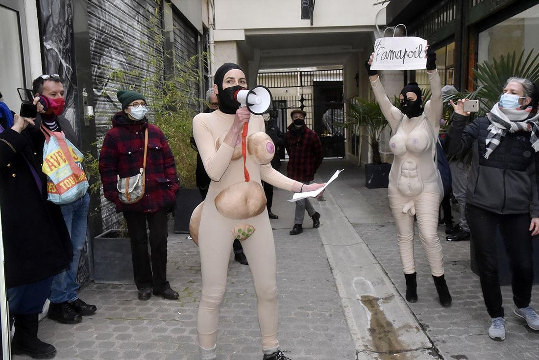 Une performance féministe en diable avec les « Famapoil » Euh cest même écrit dessus !