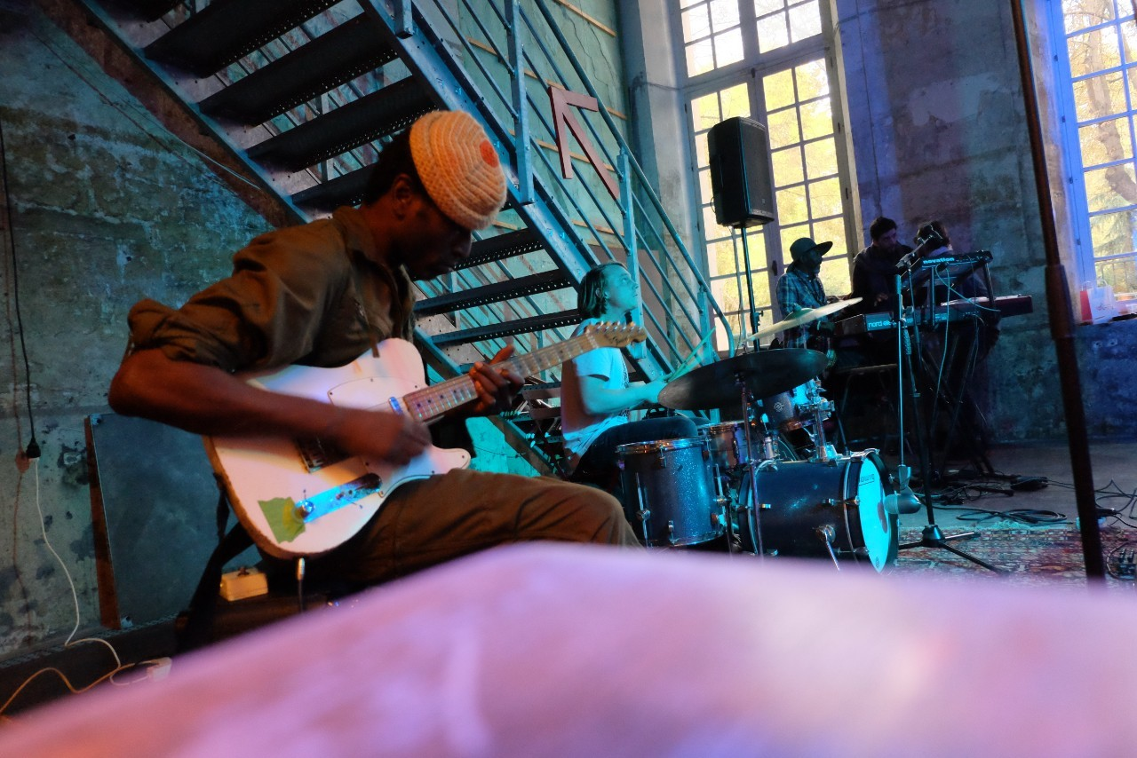 Ce soir le guitar Hero nigérian Keziah Jones et ses potes de Head on TV tape le boeuf au Café A