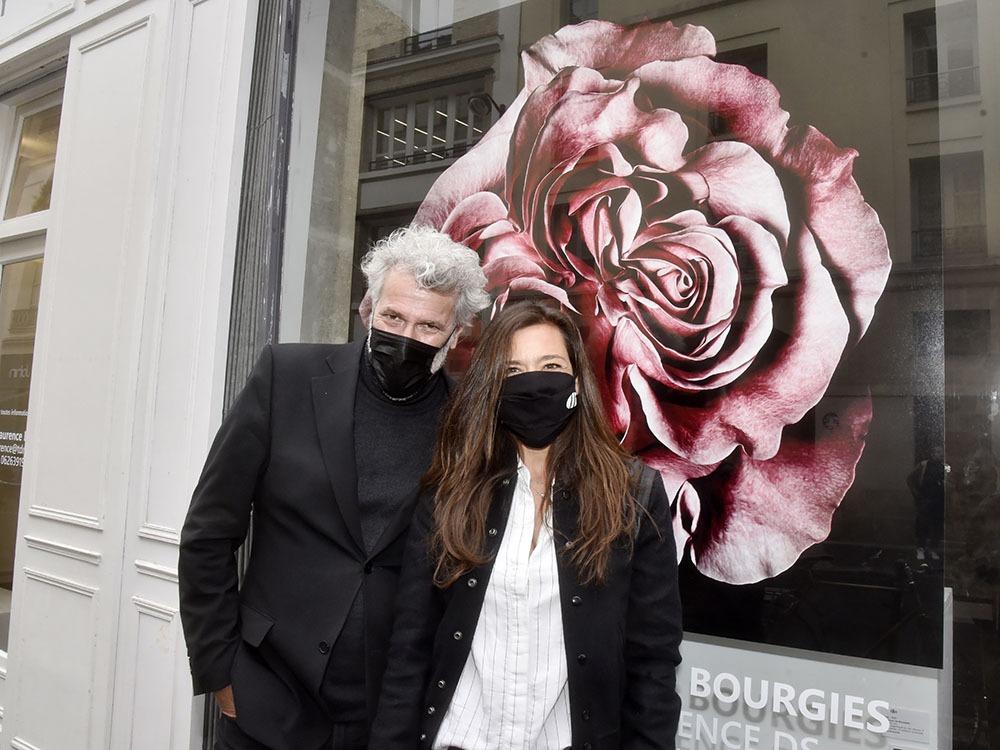 Non ceci n'est pas une romance cachée à l'eau de rose Stéphane pose la fleur au fusil avec sa Galeriste Laurence Ellia femme de l'autre Stéphane (Ellia)