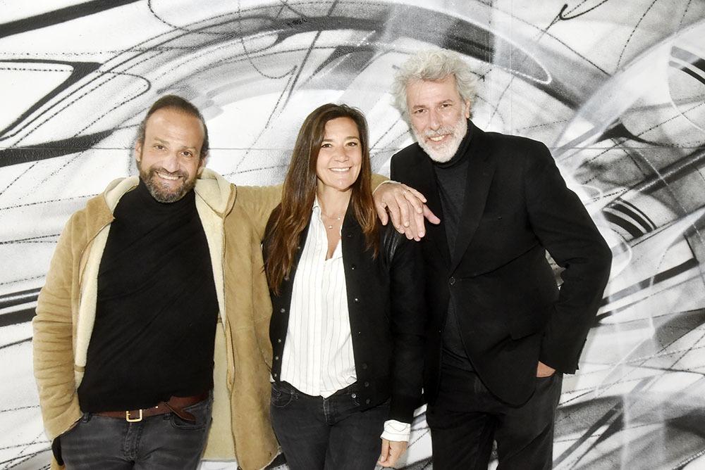 Stephane Ellia, Laurence Ellia et Stephane de Bourgeries Triumvirattent  devant une fresque du street artiste  Hopare
