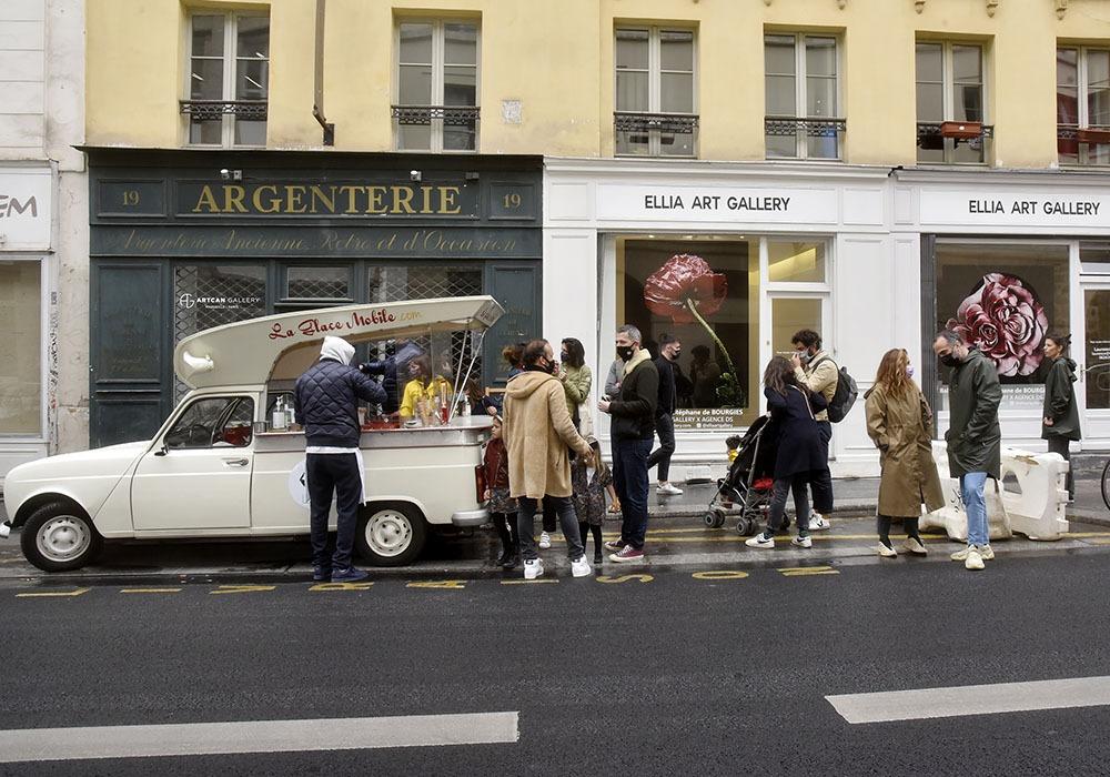 Une des 3 ou 4 galeries Ellia rue de Turenne avec la camionettes aux sorbets de rosé aux éclats de fraises