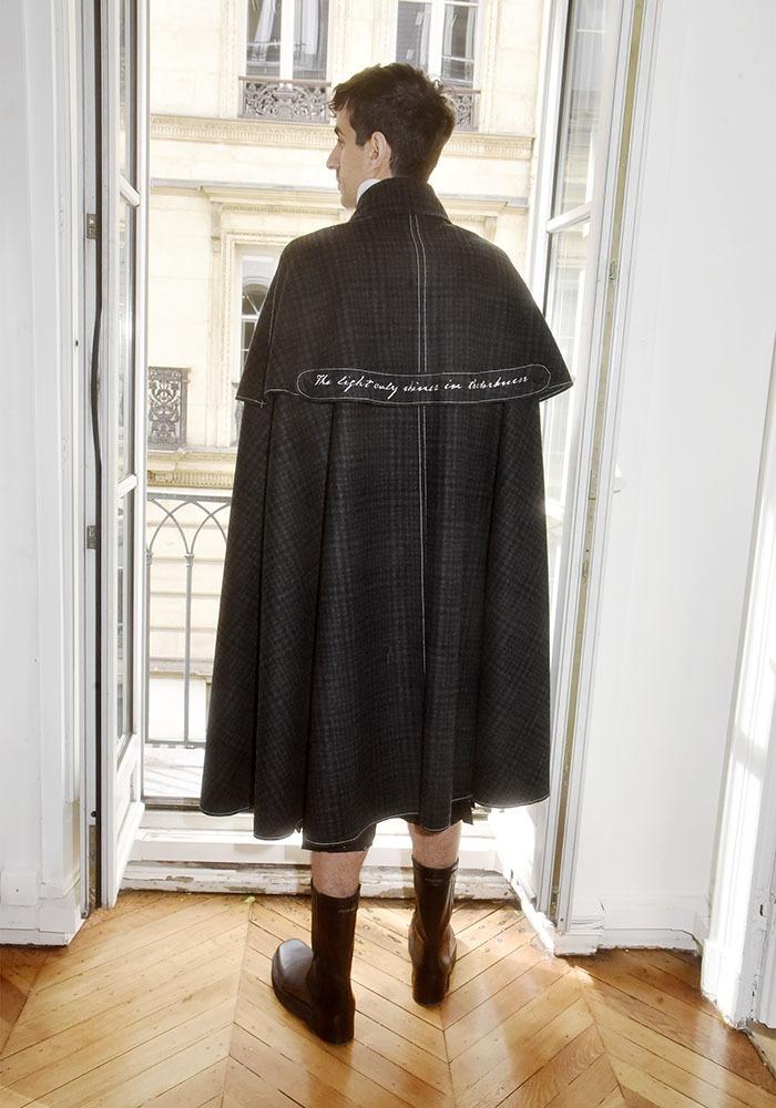 Steven Passero enfile sa cape:  De dos ca fait cape de Dracula quoique...