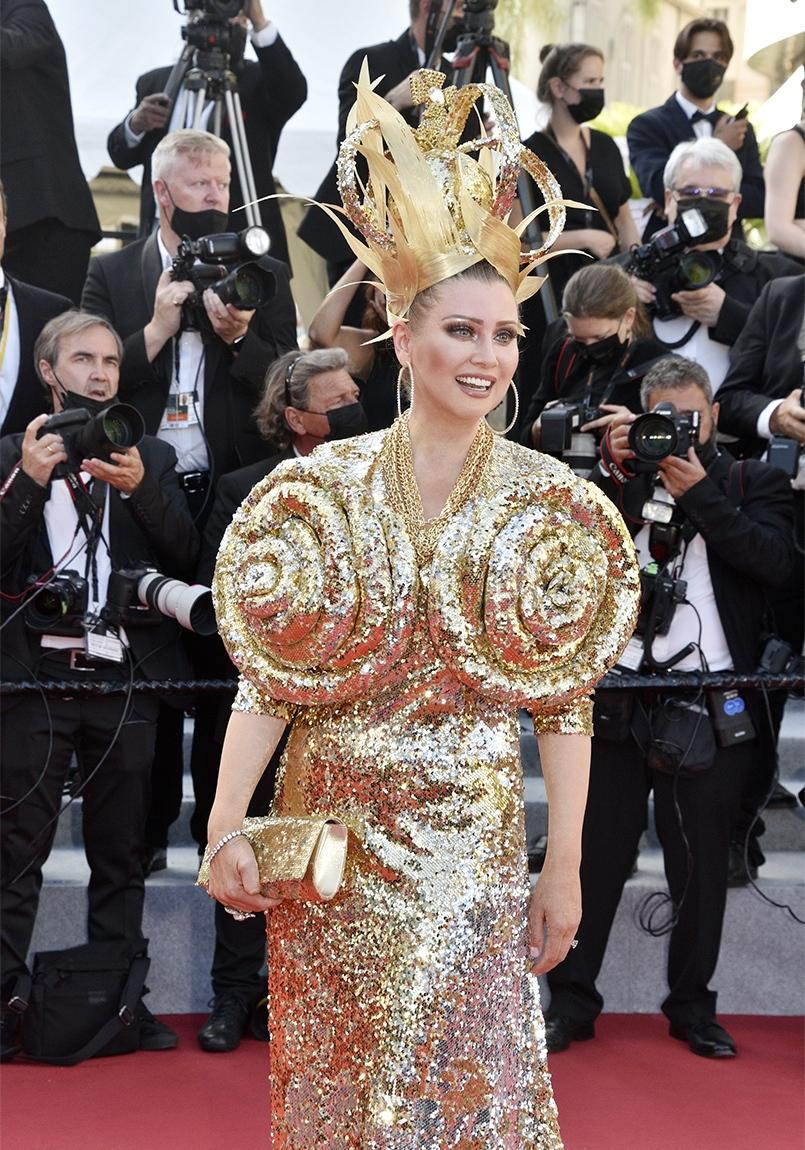 Elena Lenina blingblingue sa houpette d'ananas et sa robe Airbag