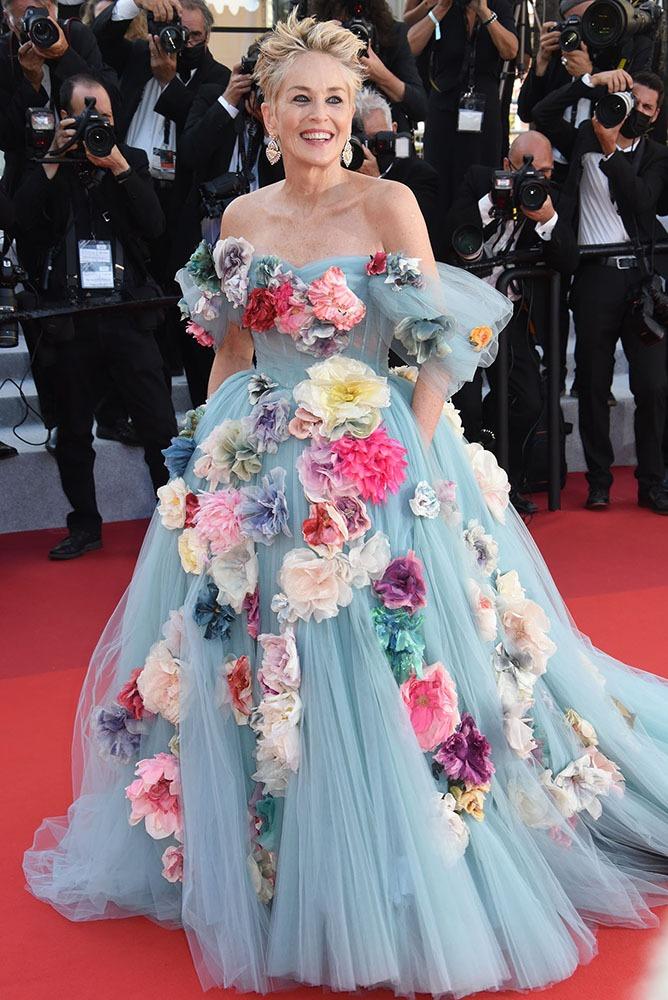 Sharon Stone débarque au pic de la soirée avec une robe fort fleurie