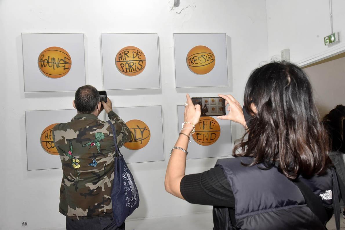 L' artiste Pur Evil adore envoyer des SMS sur des ballons de handball pour la joie de ses aficionados