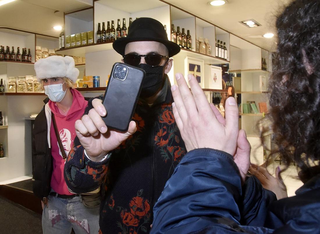 JR passe à son tour derrière la caméra et croit filmer un docu sur le Dalai Lama