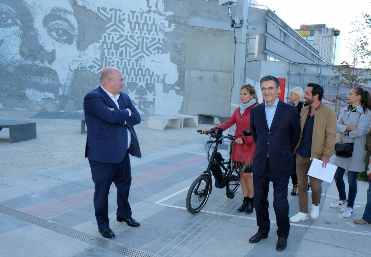Le président  Patrick Devedjian et  Marie Céline Guillaume inaugurent la fresque monumentale