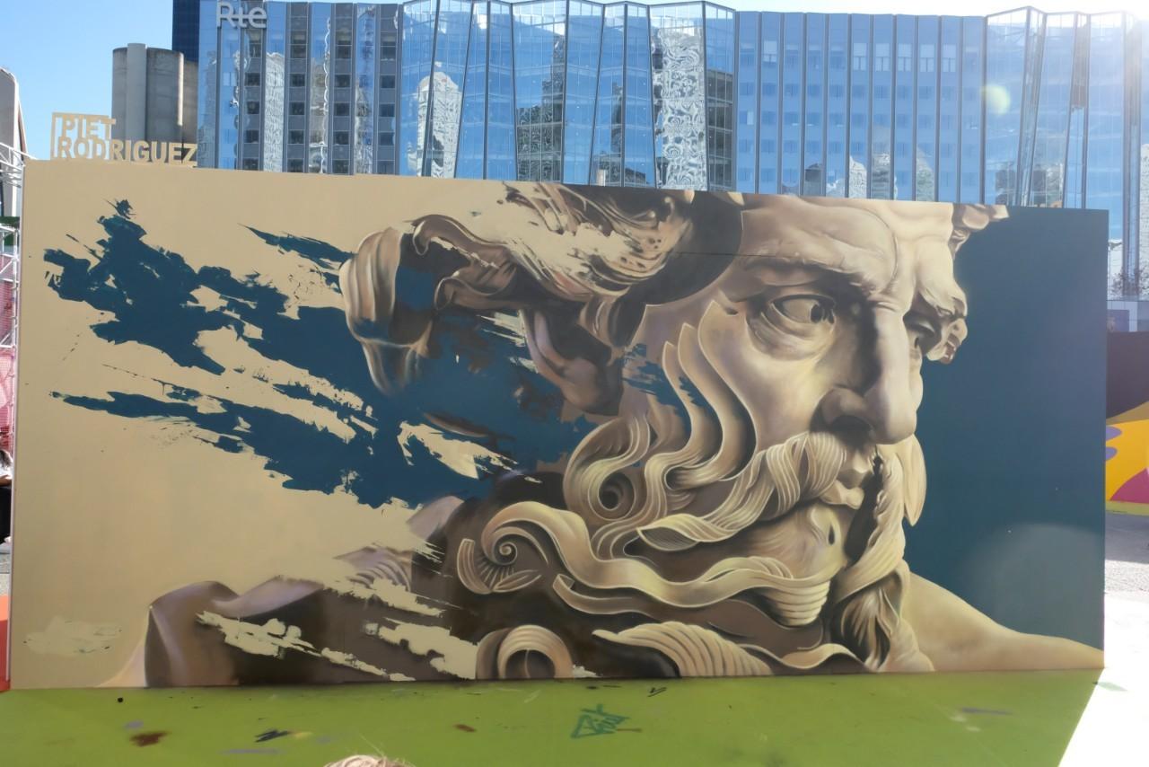 Le colosse de  Piet Rodriguez clin d'oeil au Louvre