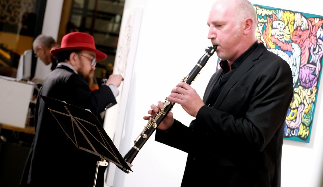Live de peinture et de musique, Fabien est accompagné par Xavier Bussy