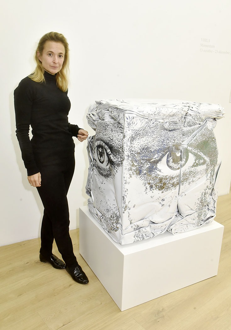 Expo Momentum Magda Danysz pose avec une oeuvre du street artist Vhils