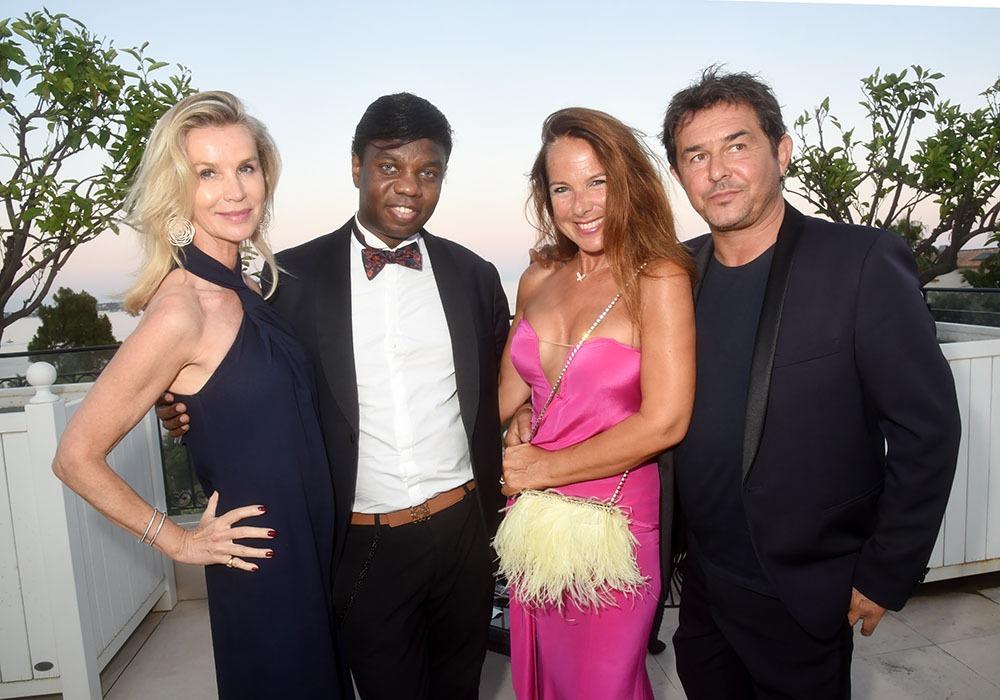 Jean Barthelemy Bokassa entouré de Laura Restelli Brizard ( Vous avez dit Brizard comme c'est Brizard), de la sculptrice Laurence Jenk et un ami
