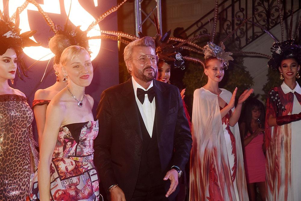 """Voilà le """"Forbes"""" talentueux designer Catalin Botezatu entouré de Ania J de Fashion TV (G) et de ses mannequins"""