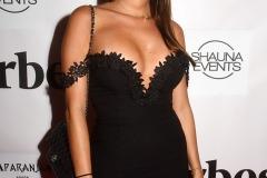 Laura-Marra-glissée-dans-sa-petite-robe-noire-bien-moulante