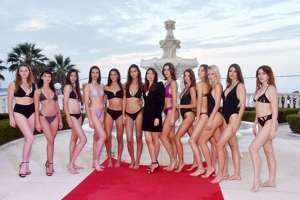Lisa Chavy de chez Livy pose avec ses swimming beauties version panoramique