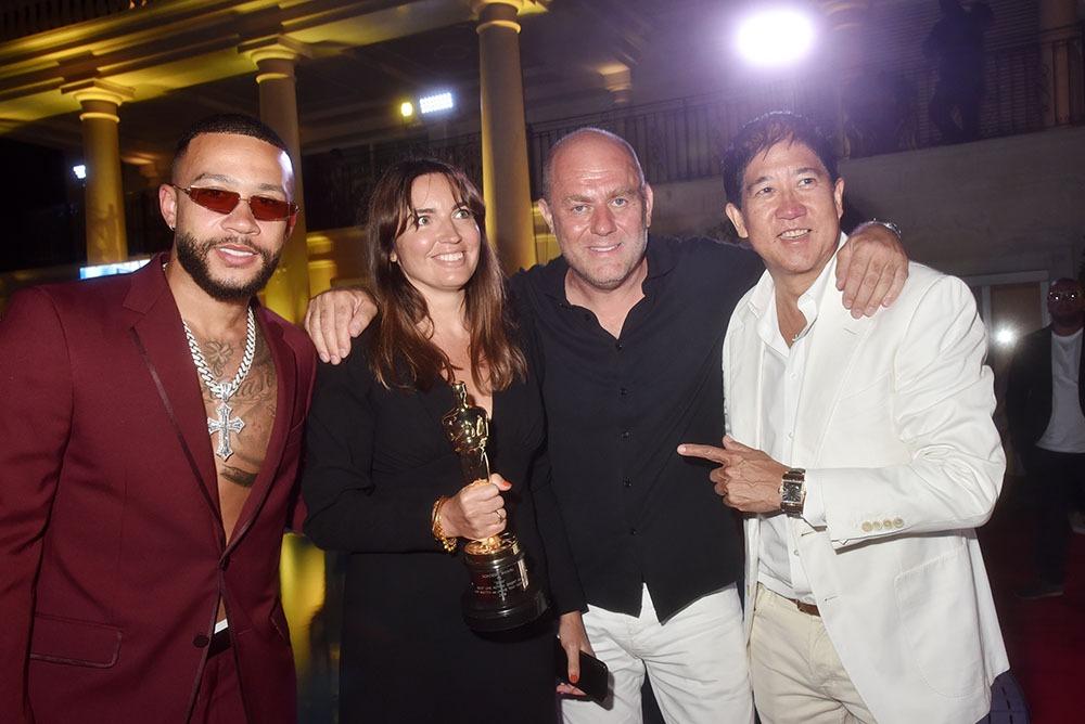 Francesco Maio entouré de Memphis Depay, Lisa Chavy  et Stephen Mao (Et moi et moi et moi !!)