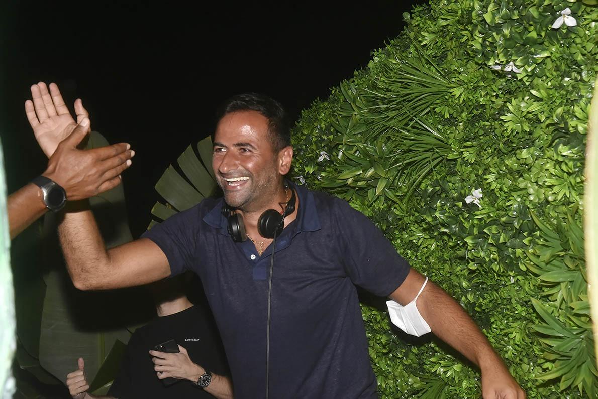 Give me Five DJ Milan mixe parfois avec juste cinq doigts