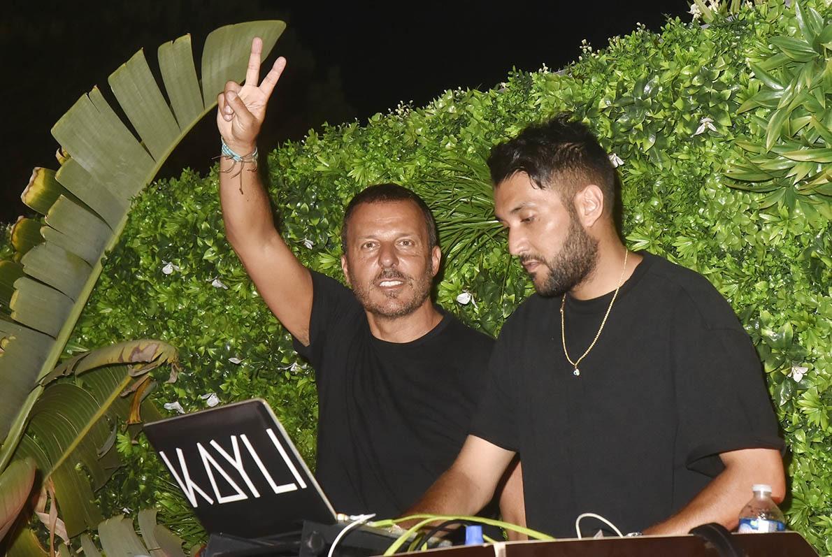 Jean Roch du haut de la cabine DJ de La Gioia 100 ans et tout Saint Tropez le contemple (ici avec DJ Kayli)