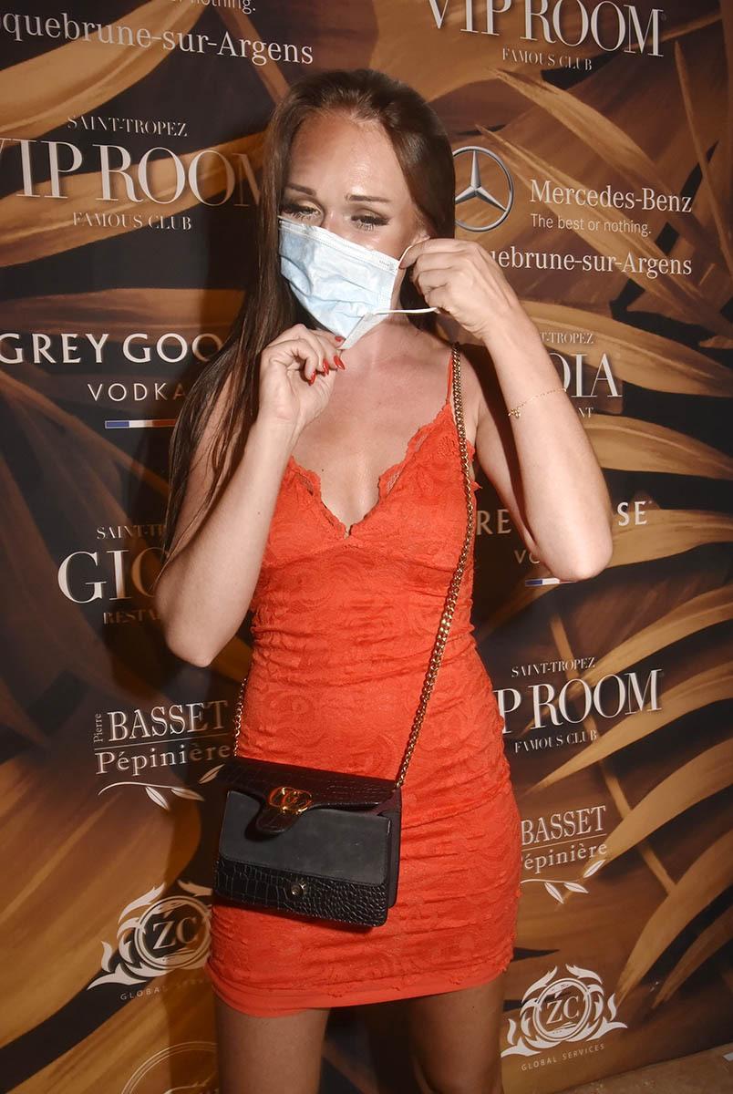 A l'entrée on vous prend la température et A la sortie on vous offre un masque si vous l'avez paumé sur la quarantine trance floor ! Ca se passe toujours comme ça à la Gioia du VIPRoom