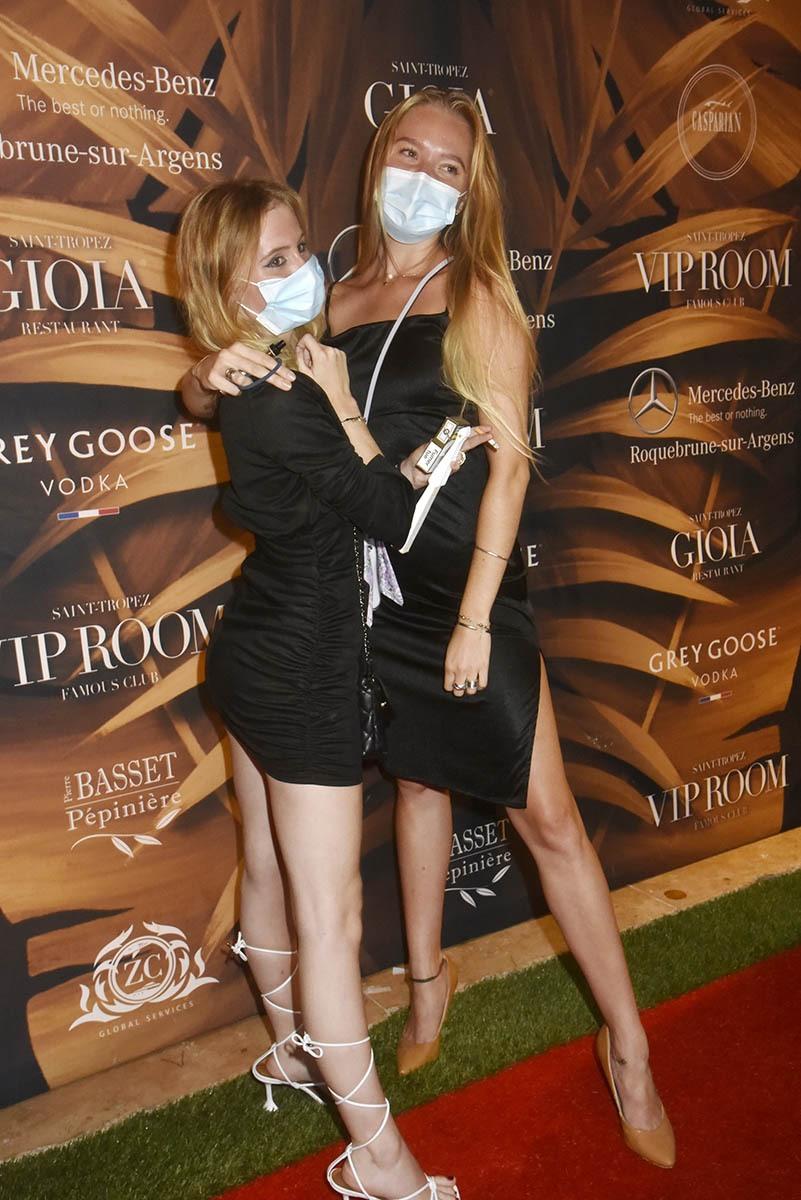 Deux jolies blondes posent pour un souvenir covidé
